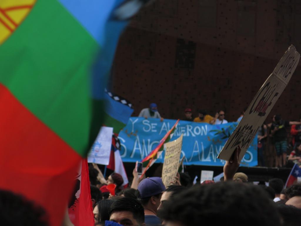 fotografía de marcha bajando por la Alamheda, en la marcha más grande de chile, por la revuelta del 18 de octubre de 2019.