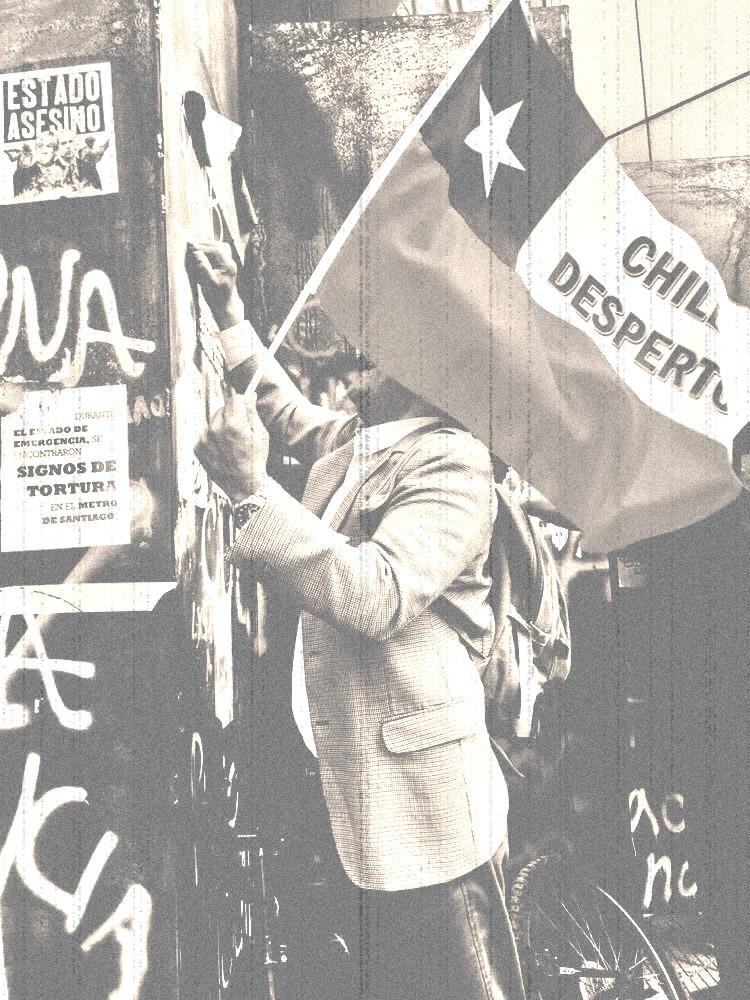 hombre manifestandose en Chile