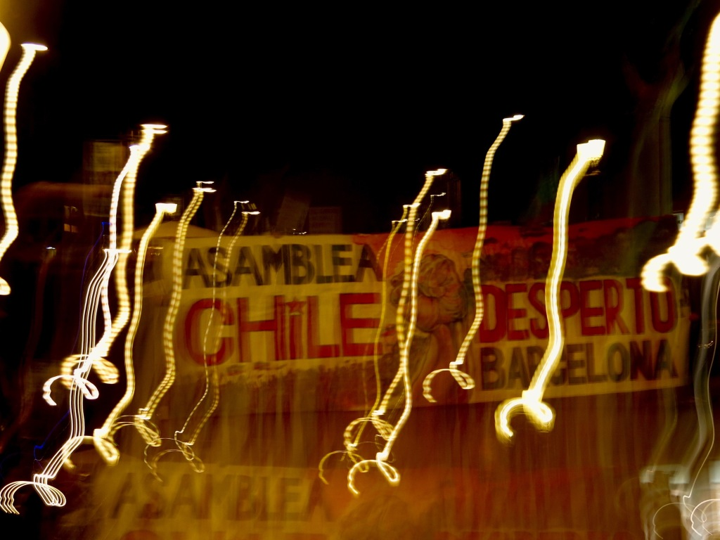 Fotografía de Esteban Garo en las manifestaciones por apoyo en Barcelona a la revuelta ocurrida en Chile